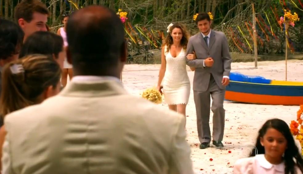 Doralice (Rita Guedes) recebe a companhia de Juliano (Bruno Gissoni) até o 'altar', em 'Flor do Caribe' — Foto: Globo