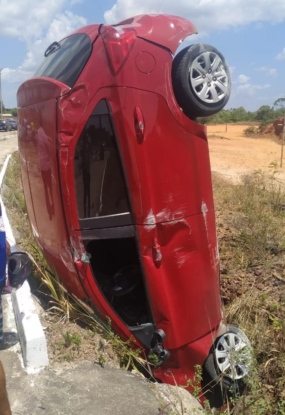 Veículo ficou 'em pé' após capotas várias vezes na Via Expressa, em São Luís — Foto: Redes Sociais