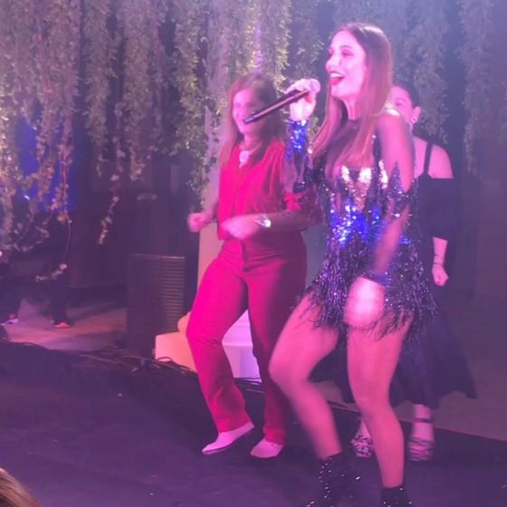 Ivete cantou de surpresa no aniversário da empresária e colecionadora de arte Maria Geyer, que se esbaldou no palco ao lado da cantora  (Foto: reprodução)