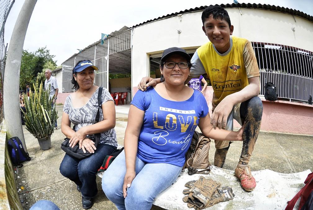 Agueda, mãe de Joaquin, assiste ao primeiro treino do filho no Brasil ao lado da amiga, também boliviana, que a abriga no novo país — Foto: Marcos Ribolli