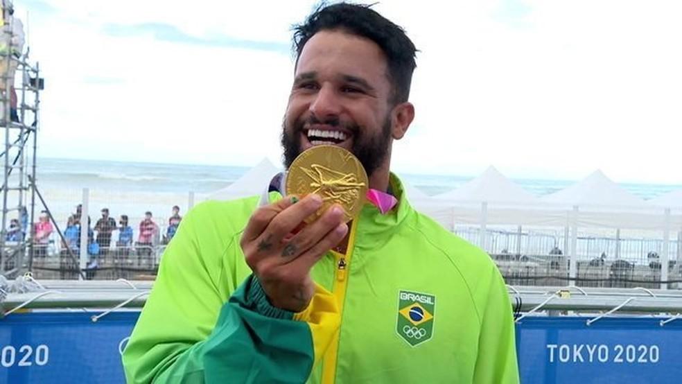 Italo Ferreira comemora ouro olímpico no surfe — Foto: Reprodução