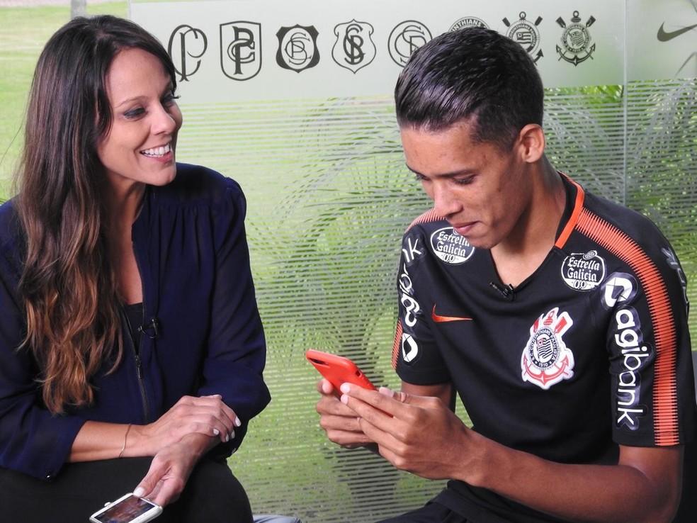 Pedrinho, do Corinthians, com a repórter Fabíola Andrade — Foto: Marcelo Braga