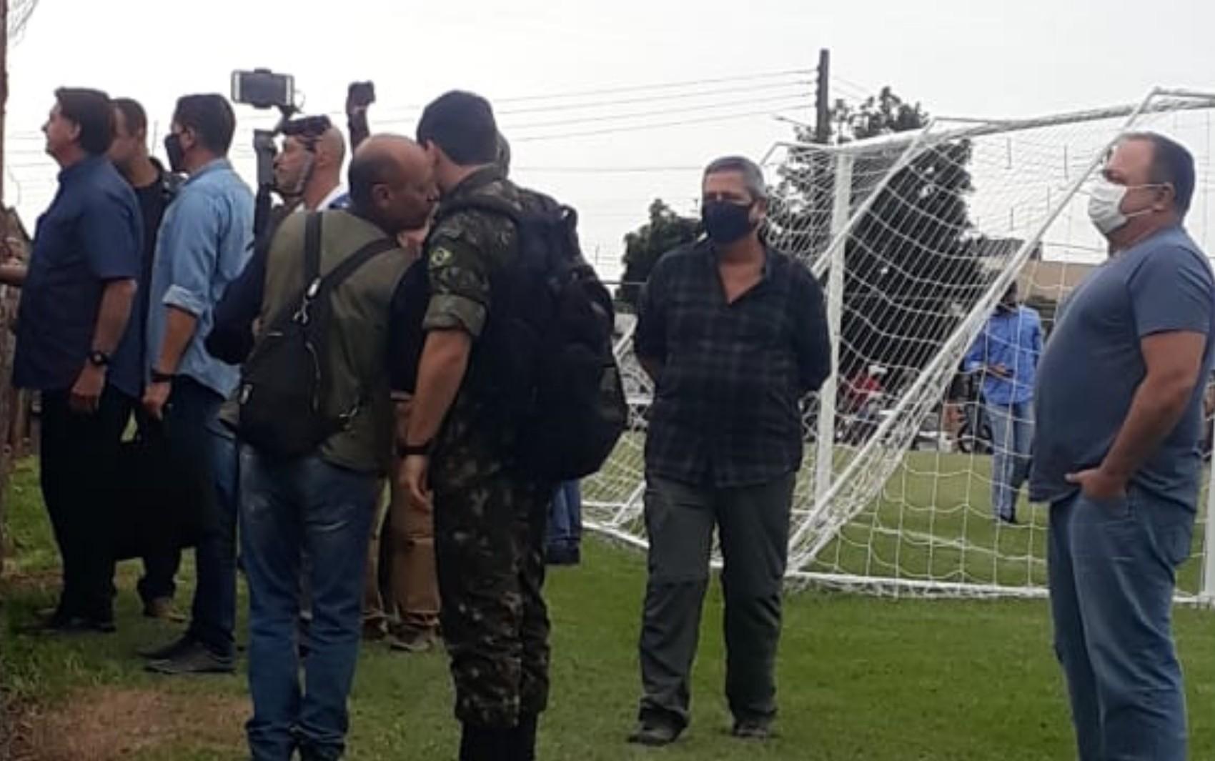 Com Pazuello, Bolsonaro vai a Goianápolis e, sem máscara, causa aglomeração