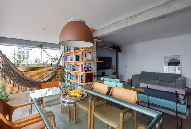 Em 65 m² coube rede, closet, ofurô e biblioteca (Foto: Manuel Sá)