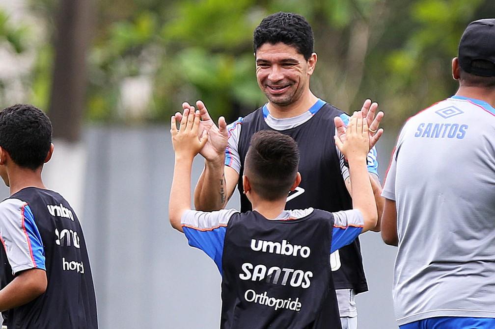 Concentrar no rachão ou tietar o ídolo? É, a imagem não deixa mentir — Foto: Pedro Ernesto Guerra Azevedo/Santos FC