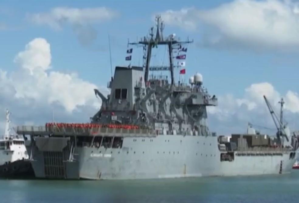 Navio Almirante Saboia chegou em Ilhéus na manhã desta quinta-feira (14) com militares que vão atuar na limpeza das praias atingidas por óleo na Bahia  — Foto: Reprodução/TV Bahia