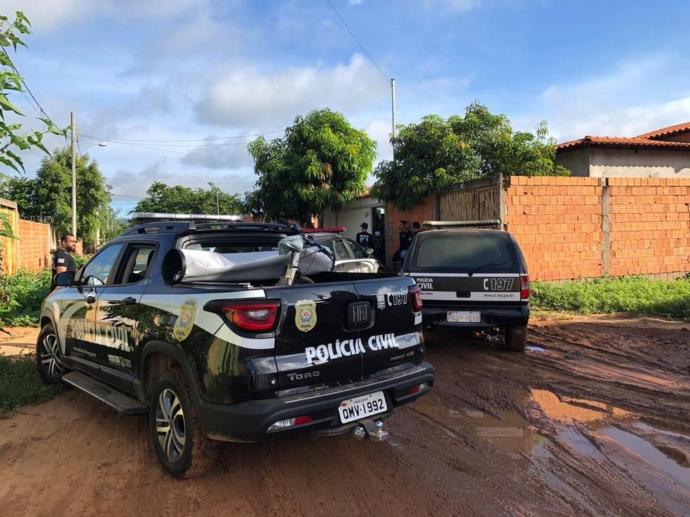 Mandados estão sendo cumpridos em Januária — Foto: Pablo Caires/ Inter TV