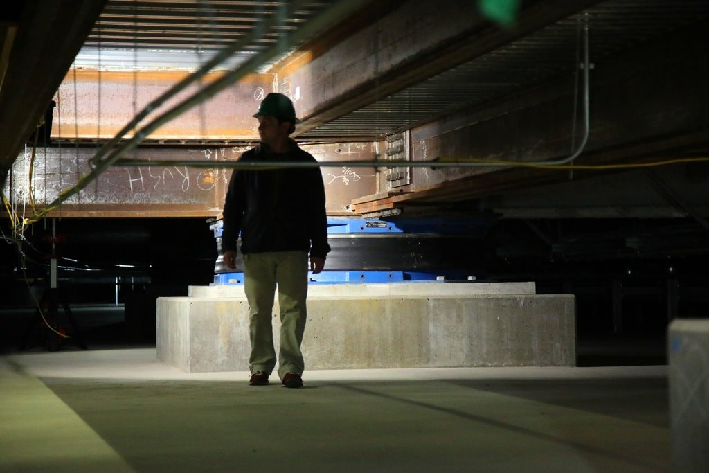 Placas de aço no subsolo da empresa protegem a estrutura do prédio contra deslocamentos  (Foto: Jim Wilson/The New York Times)