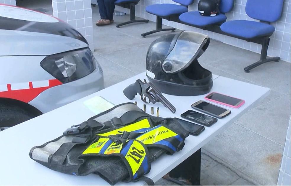 Celulares, arma, capacete e colete de mototáxi apreendido após a ação da PM — Foto: Reprodução/TV Paraíba