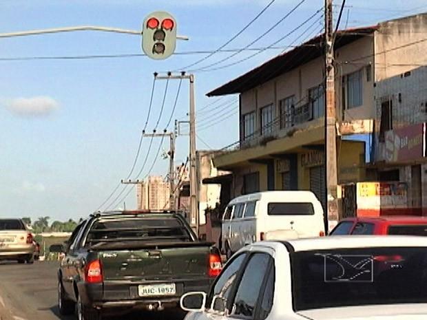 Avanço de sinal e o não uso do cinto de segurança geram 240 multas em um mês em Macapá
