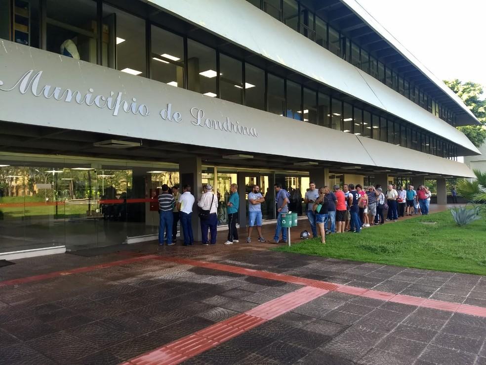 Vários contribuintes aguardavam fora da prefeitura para aderir ao Programa de Regularização Fiscal  — Foto: Eduardo Lhamas/RPC
