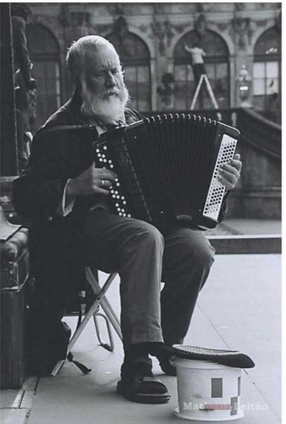 Homem toca acordeon em uma rua de Dresden, na ex-Alemanha Oriental — Foto: Matheus Leitão