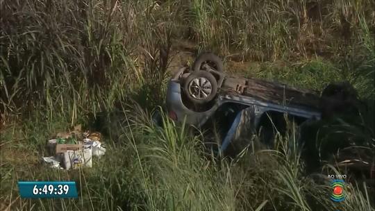 Motorista perde controle e carro capota em barranco na BR-230 na PB