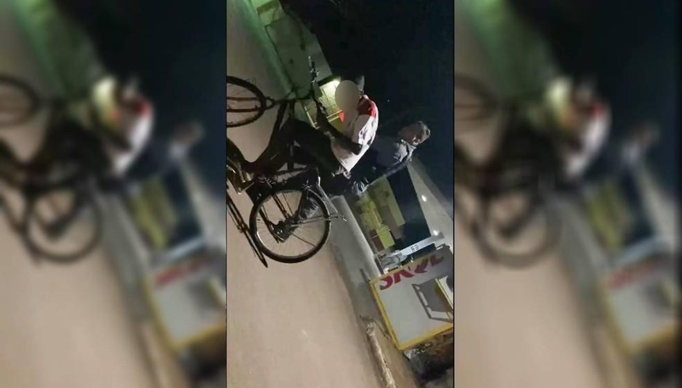 O mesmo policial militar foi filmado agredindo um adolescente, de 16 anos, durante uma abordagem em Barra do Bugres, em fevereiro — Foto: Divulgação