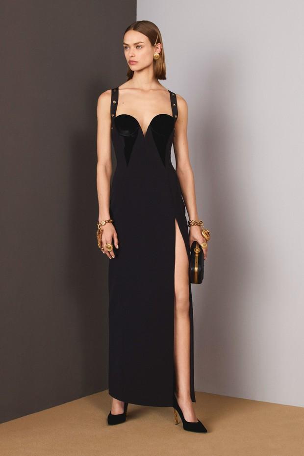 A modelo no look book de pre-fall 2018 da Versace (Foto: Divulgação)