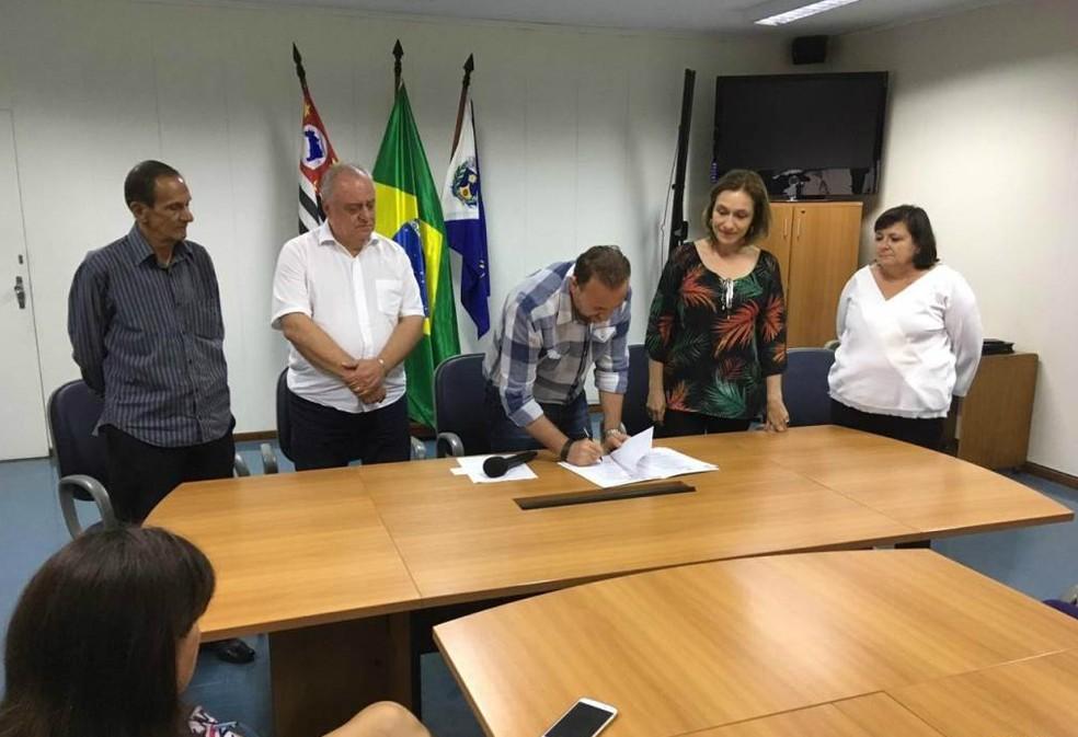 Prefeitura de Araraquara assina alteração na lei complementar e proíbe a soltura de fogos de artifícios com ruídos — Foto: Divulgação/Celso Luís Gallo/Secom
