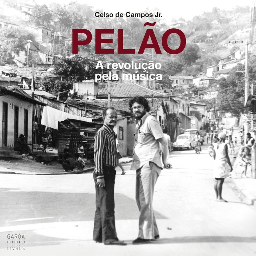 Pelão (à direita na foto de 1976) com  Carlos Cachaça na capa do livro 'Pelão – A revolução pela música' — Foto: Reprodução