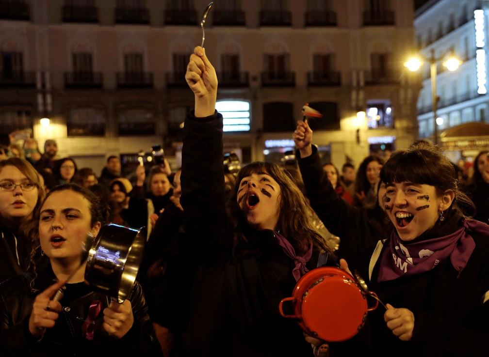 Espanholas se reuniram nesta sexta-feira (8) na Praça do Sol, em Madri, em protesto que marcou o Dia da Mulher  — Foto: Susana Vera/ Reuters