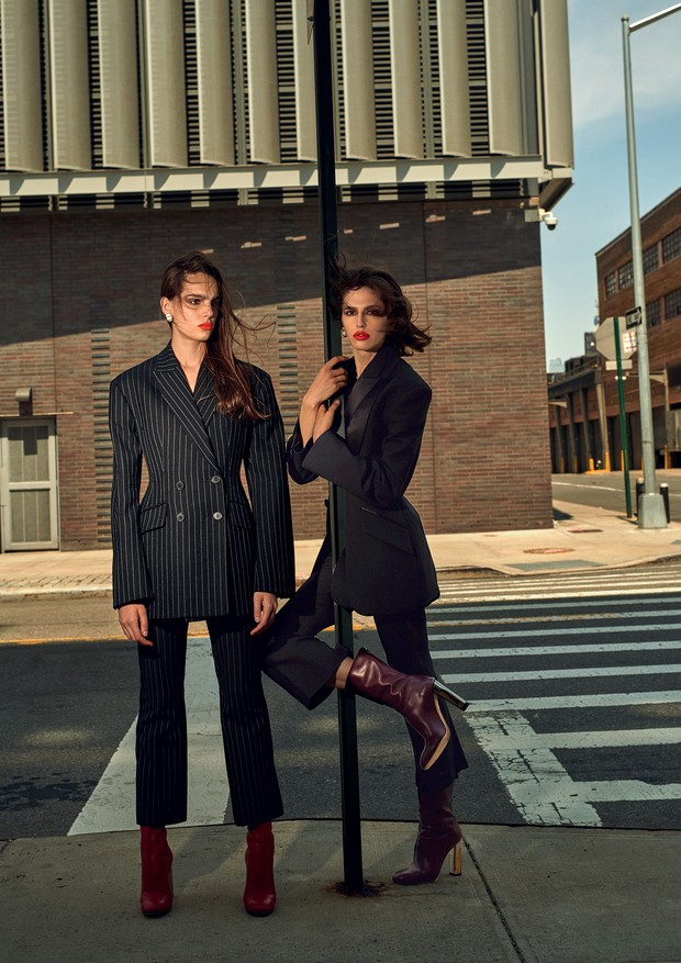 Matilde Buoso e Daisy vestem ternos e botas, tudo Alexander McQueen. Brincos, Kenneth Jay Lane (Foto: Gui Paganini)