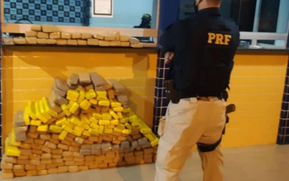 PRF apreende 200 kg de maconha escondidos em carga de caminhão na Bahia — Foto: Divulgação/PRF