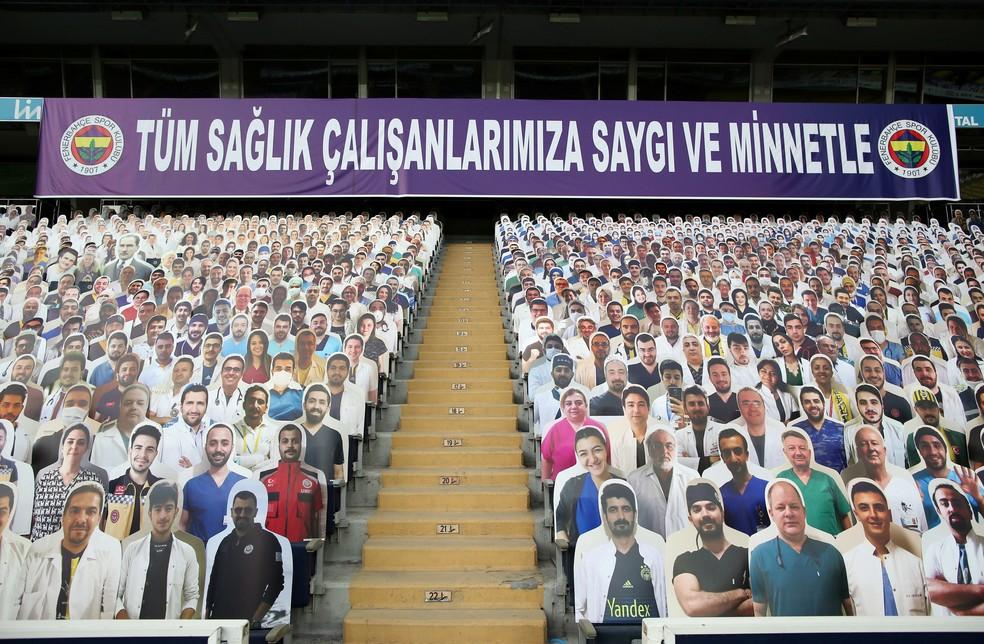 Fenerbahçe colocou fotos de médicos e enfermeiros nas arquibancadas — Foto: Reuters