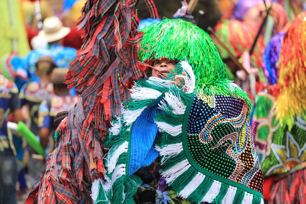 Caboclos de lança se apresentam ao som de maracatu em Olinda (Foto: Rafael Medeiros/G1)