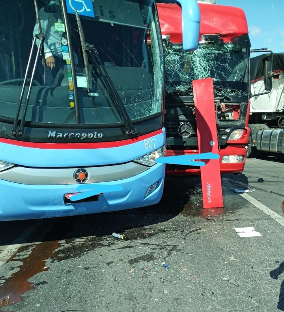 Acidente entre caminhão e ônibus deixa duas pessoas feridas na BR-304 — Foto: (Foto: Divulgação)