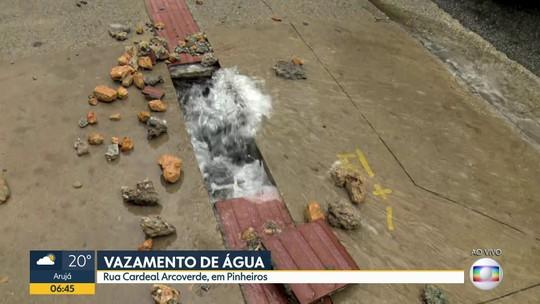 Vazamento de água na rua Cardeal Arcoverde, em Pinheiros
