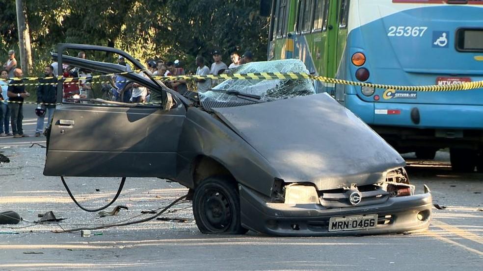Carro ficou partido ao meio após bater em ônibus, em Cariacica, ES (Foto: Ari Melo/ TV Gazeta)