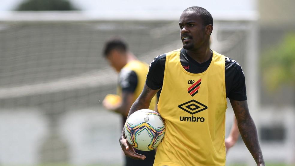 Yago pode brigar por vaga deixada por Pimpão no CSA — Foto: Athletico