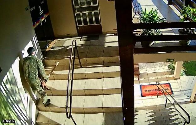 Câmeras de segurança registram furto na Prefeitura de Porto Mauá; homem é preso