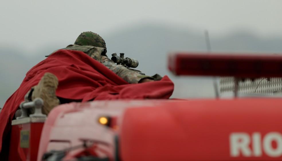 Sniper que atirou no sequestrador utilizou uma manta vermelha para se camuflar em cima de uma viatura — Foto: Gabriel de Paiva/Agência O Globo