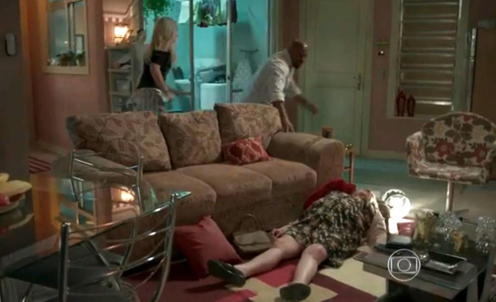 Florisval (Ailton Graça) se desespera ao encontrar falsa mãe caída no chão, em 'Totalmente Demais' — Foto: Globo