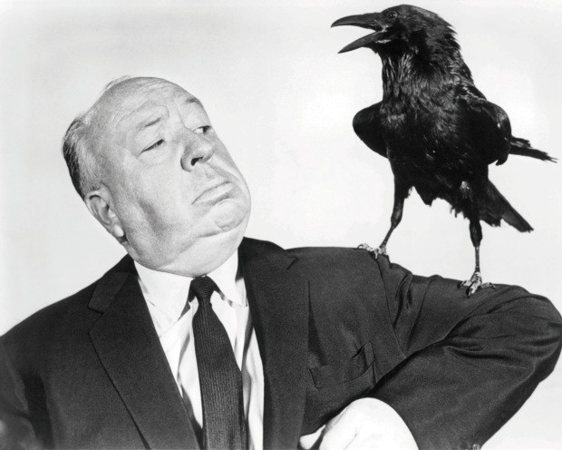 English director Alfred Hitchcock (1899 - 1980) poses with a stuffed crow in a promotional portrait for his film 'The Birds', 1963. (Photo by Silver Screen Collection/Getty Images) (Foto: Getty Images)
