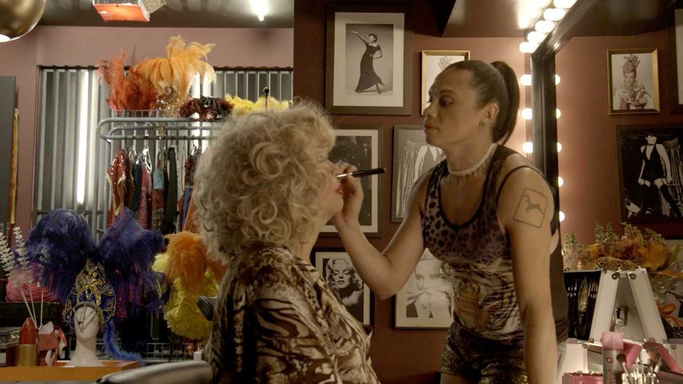 Nonato, que na verdade se chama Elis Miranda, faz a maquiagem de Jane di Castro — Foto: TV Globo