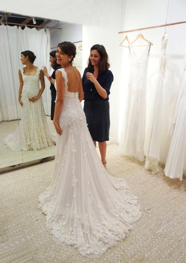 Martu dá os retoques finais no vestido de casamento de Sophie Charlotte, assinado por ela (Foto: Divulgação)