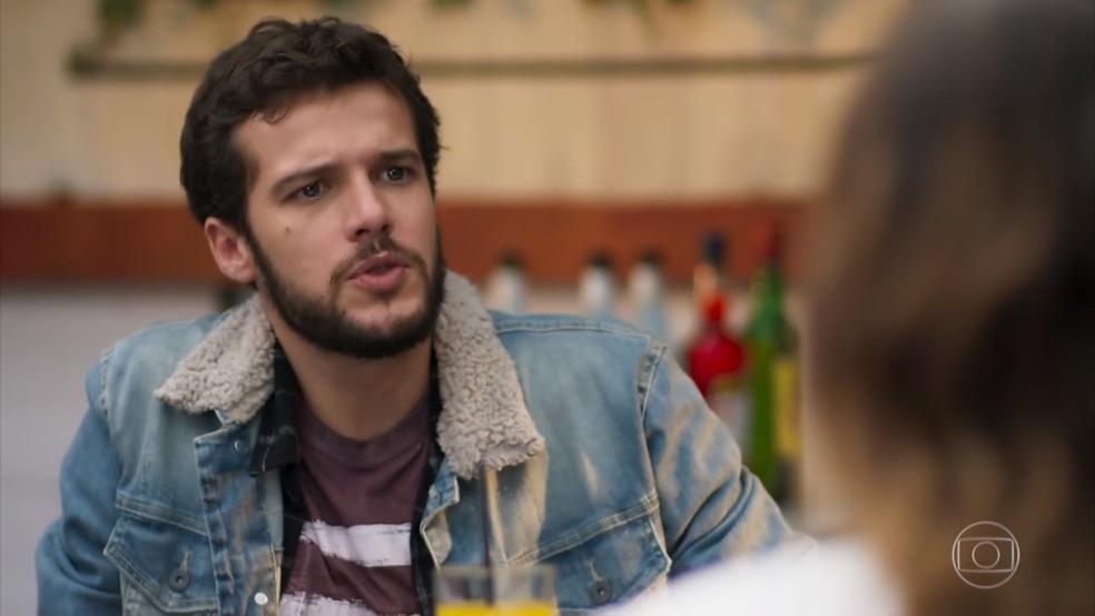 Giovanni (Jayme Matarazzo) fica preocupado quando Bruna (Fernanda Vasconcellos) conta sobre a perda de memória de Camila (Agatha Moreira) - 'Haja Coração' — Foto: Globo