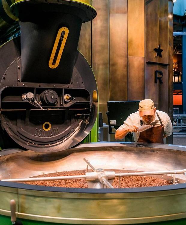Os grãos são preparados diariamente dentro da loja (Foto: Starbucks/ Reprodução)