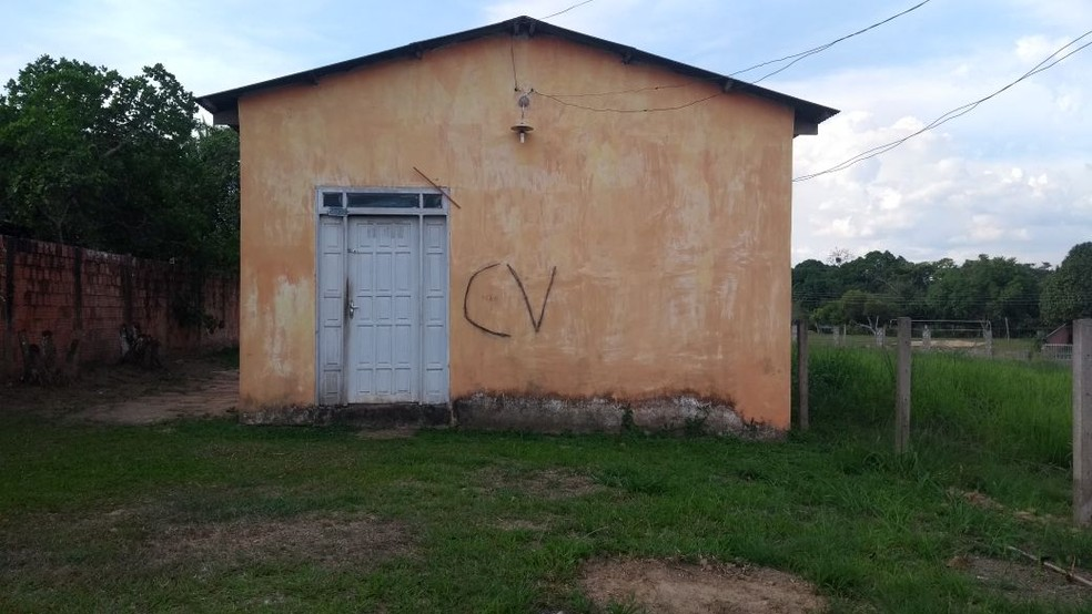 Casa no Irineu Serra foi uma das várias que receberam pichações (Foto: Luan Cesar/G1)