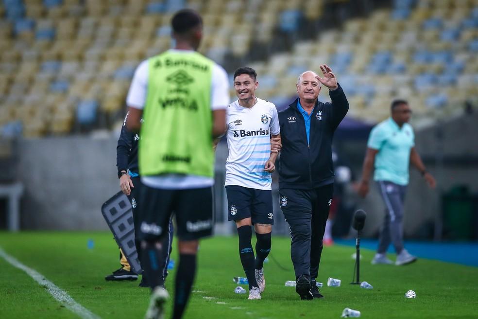 Felipão celebra vitória sobre o Fluminense com Diogo Barbosa — Foto: Lucas Uebel / Grêmio FBPA