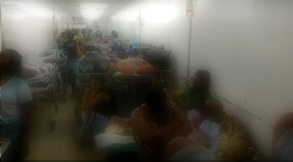 Pacientes esperam atendimento em macas e cadeiras no Hospital Getúlio Vargas (Foto: Reprodução/TV Globo)