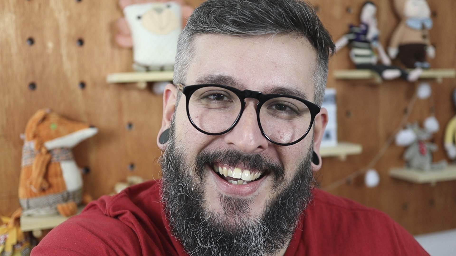 Thiago Queiroz é escritor, youtuber, host do podcast Tricô de Pais, criador do site Paizinho, Vírgula! e educador parental certificado pela Attachment Parenting International e Positive Discipline Association. (Foto: Reprodução)