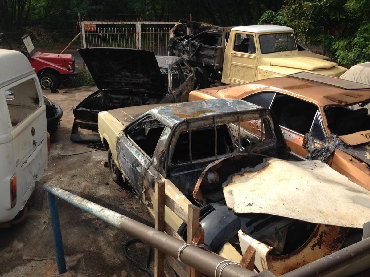 Incêndio em oficina mecânica queima veículos e mobiliza bombeiros
