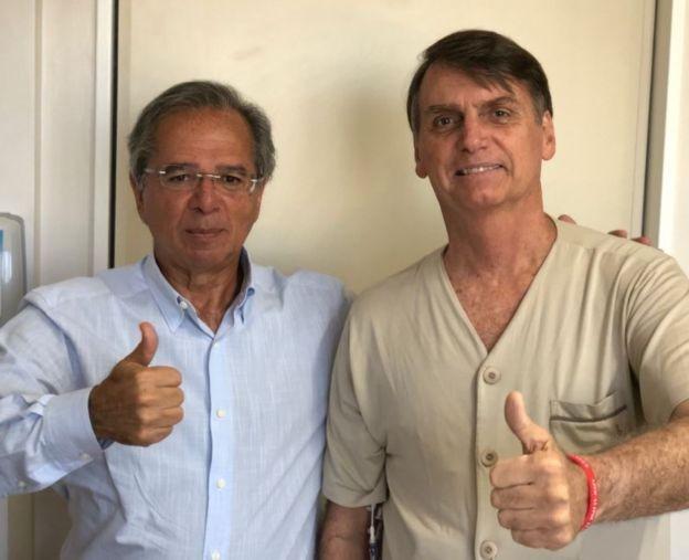 Bolsonaro (dir.) ao lado do economista Paulo Guedes, em visita deste último ao hospital Albert Einstein, em São Paulo (Foto: Divulgação)