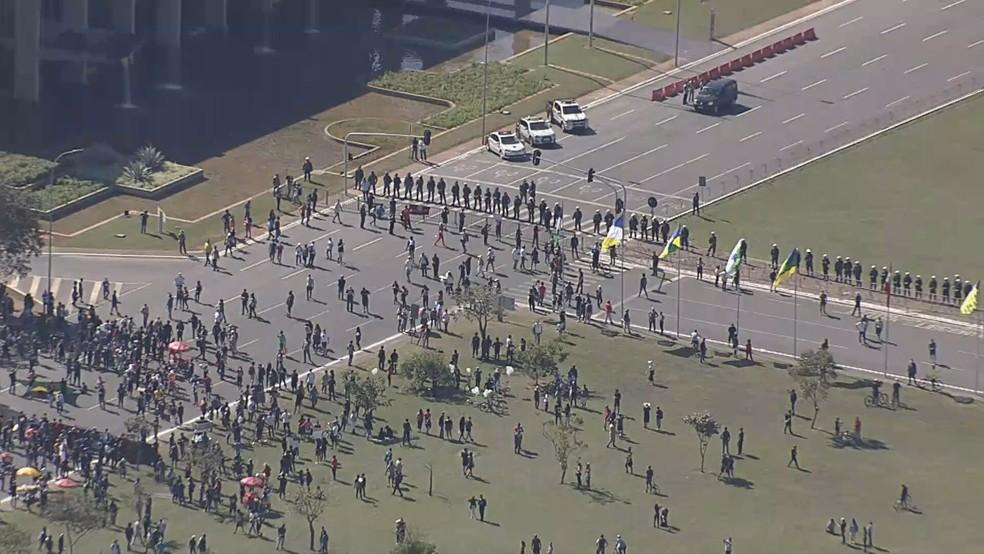 Imagem aérea mostra cordão de isolamento da PM entre manifestações neste domingo (7), em Brasília — Foto: TV Globo/Reprodução