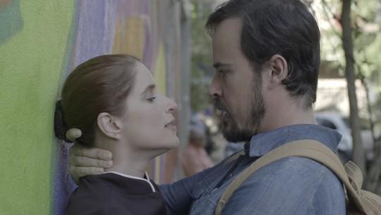 Mônica e Evandro se beijam e trocam declarações de amor