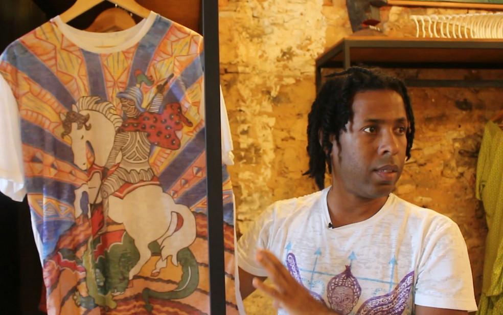 Yosh é afroempreendedor e tem uma linha de com estampas ancestrais — Foto: Valma Silva/G1 BA