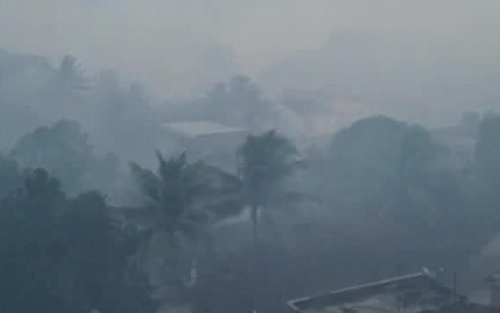 Distrito de Frexeiras, em Escada, ficou tomado pela fumaça de queimas de cana-de-açúcar — Foto: Reprodução/WhatsApp
