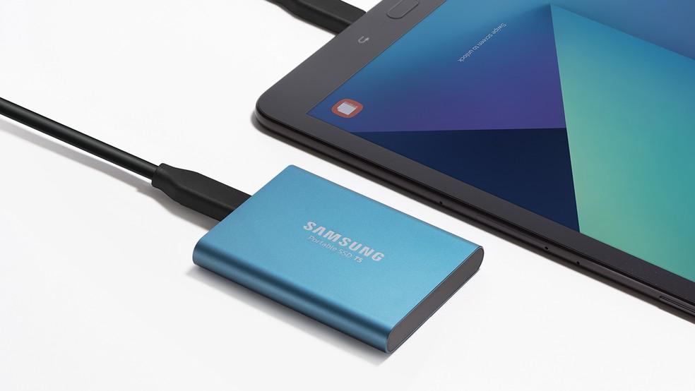 Samsung SSD T5 tem o tamanho de um cartão de visitas — Foto: Divulgação/Samsung