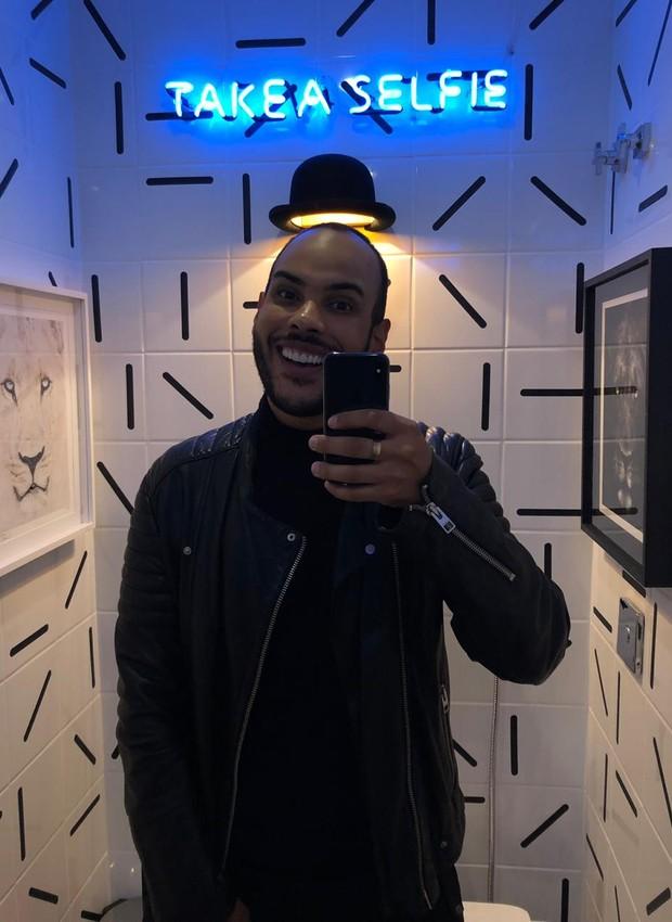 Os adesivos – dispostos de formas diferentes nos azulejos – dão um ar moderno ao lavabo. O chapéu, que virou uma marca registrada do blogueiro, se faz presente no ambiente de forma divertida: como uma luminária, comprada em uma viagem a Paris. Logo acima, (Foto: André Nazareth/Editora Globo)